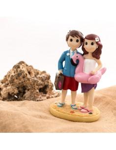Figura de novios en la playa.